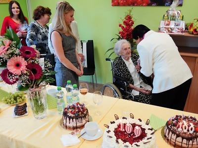 Jubilantce popřál ke stým narozeninám celý domov ve Velkých Hamrech
