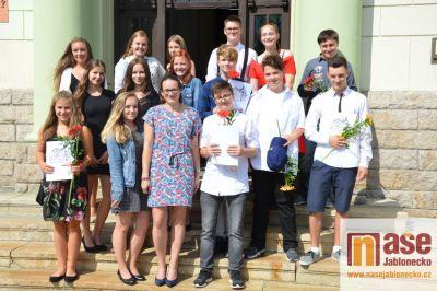 Deváťáci ze sportovky si šli pro vysvědčení na tanvaldskou radnici