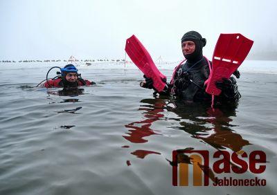 Potápěči se ponořili pod led Jablonecké přehrady