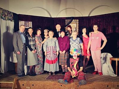 Lučanský spolek hraje v Tanvaldě komedii Do hrobky tanečním krokem