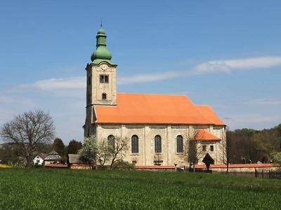 Kostel Narození Panny Marie v Dubnici se dočkal nové fasády