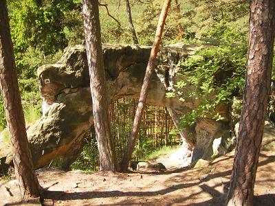 Hradčanské stěny s přírodními útvary jsou lákavým cílem pro rodiny