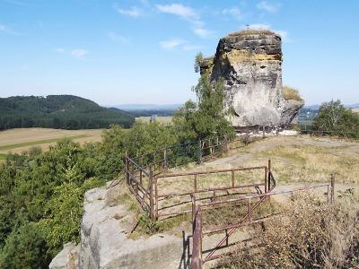 Ze zdí hradu Jestřebí si lidé v okolí stavěli domky