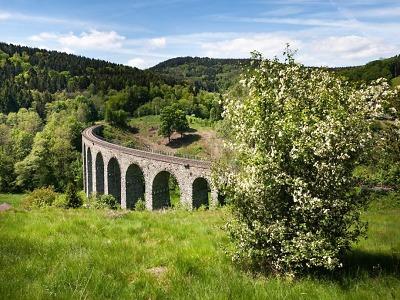 Zřícenina, orloj i viadukt. Vrcholová trasa provede cyklisty zajímavostmi
