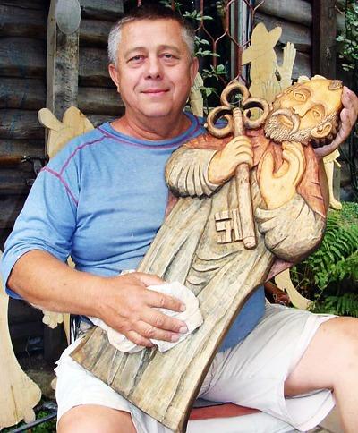 Mistři řezbáři tvoří dřevěné šperky s příběhem i sochy na orloji