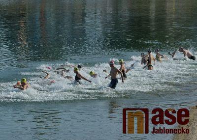 Jubilejní třicáté Plavání přes jabloneckou přehradu se povedlo