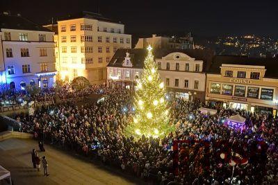 Obrazem: Rozsvícení vánočního stromu v Jablonci 2019