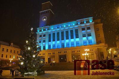 Obrazem: Rozsvícení vánočního stromu v Jablonci 2020