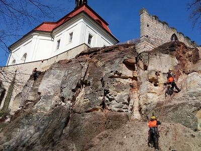 Na Valdštejně probíhá stabilizace skalního podloží