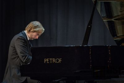 V Tanvaldě proběhl klavírní koncert bez posluchačů
