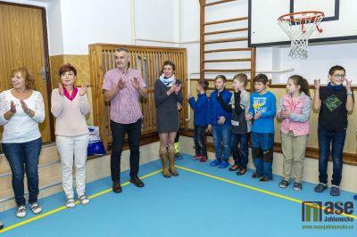 Obrazem: Tanvaldští žáci na Šumburku mají novou podlahu v tělocvičně