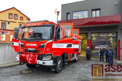 Obrazem: Tanvaldští hasiči převzali novou cisternu