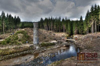 V areálu Protržené přehrady instalovali novou lávku pro pěší