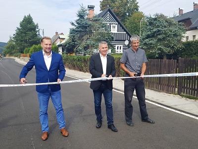 Jizerskohorskou silnici v Albrechticích lemují i nové chodníky