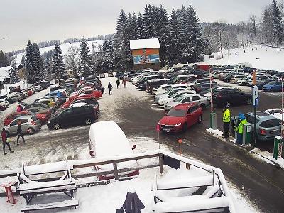 Parkoviště v Bedřichově jsou plně obsazená, policie uzavřela silnice