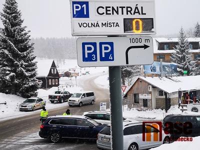 Parkování v Bedřichově bylo o víkendu obtížné, ale dostupné