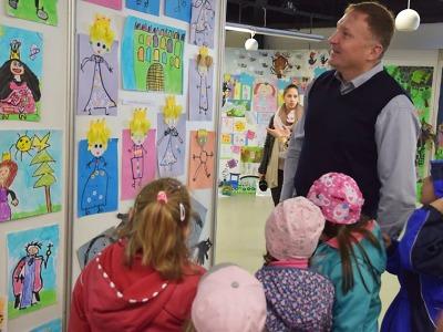 Vernisáž otevřela 20. ročník výstavy prací žáků, která vyvrcholí aukcí