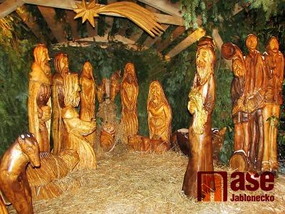 Obrazem: Dřevěný betlém na Skřivánčí stezce v Jablonci