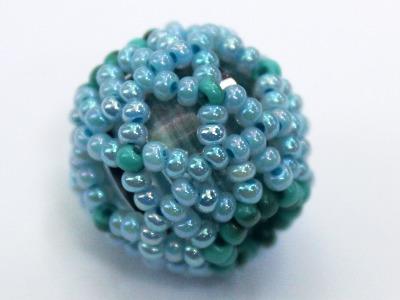 Při bižuterním kurzu v muzeu budou vyrábět šperky z perlí