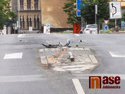 Opilý řidič smetl na středovém ostrůvku v Jablonci dvě značky