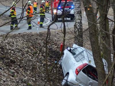 Řidička sjela v Maršovicích ze zatáčky a narazila do stromu