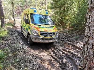 Řidiči sanitek ZZS LK cvičili v Ralsku jízdu rozbahněným terénem