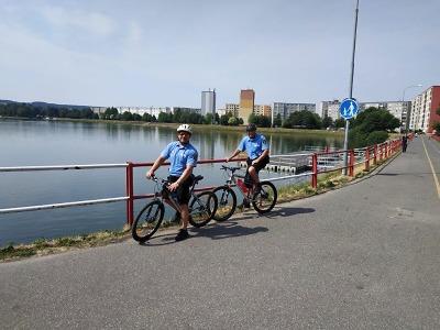 Strážníci jezdí po Jablonci na kolech