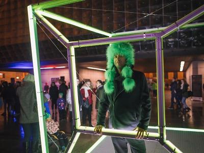 Tančící kostky rozsvítily trienále skla a bižuterie