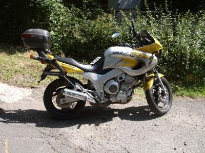 Motocyklista havaroval v Novoveské ulici na štěrku
