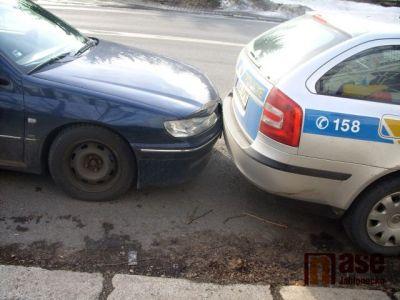 Mladá žena nabourala policejní auto