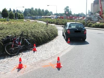 Na kruhovém objezdu v Jablonci narazil autem do cyklisty