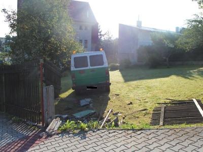 Strhl řízení před srážkou s jiným vozidlem a zastavil se až na zahradě