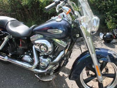 Motorkář na Harleyi nepočítal při předjíždění Tatrovky se žlabem