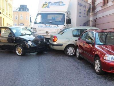 Náklaďák sám projížděl centrem Jablonce. Po cestě zdemoloval tři auta