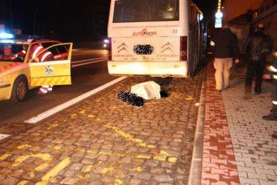Autobus vlekl chodce 300 metrů, ten na místě zemřel