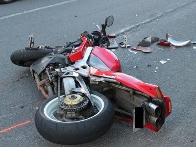 Motocyklista silný stroj nedobrzdil a narazil v Jablonci zezadu do auta
