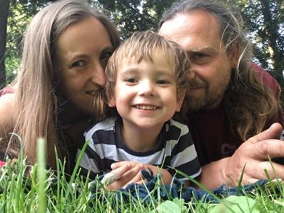 Skákání vlouži i koupání vrybníku je pro našeho syna nemožné