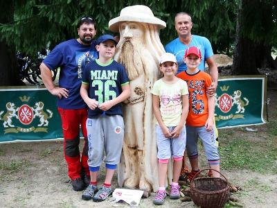 V Harrachově vzniklo při Svatoanenském dřevosochání pět Krakonošů