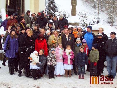 Svatebčané zaplnili kostelík v Loučné