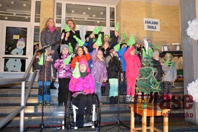 Sportovní škola v Tanvaldě zpívala na schodech