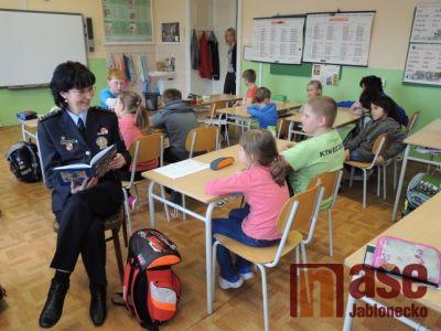 V kořenovské škole četli policisté dětem Policejní pohádky