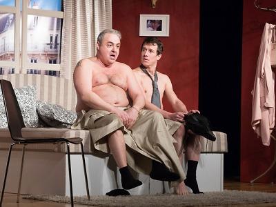 Dva nahatý chlapi na pódiu jabloneckého divadla