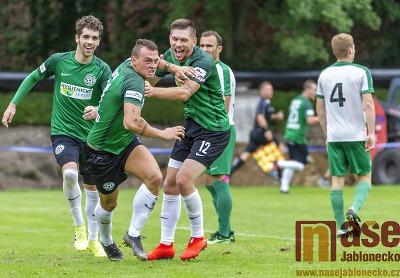 Fotbalisté FK Velké Hamry se radují z prvního letošního vítězství v divizi