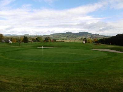 Nejvýš položené golfové hřiště v Česku obklopují lesy Krkonoš