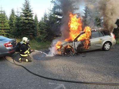 Auto zachvátily plameny blízko vodní nádrže Souš