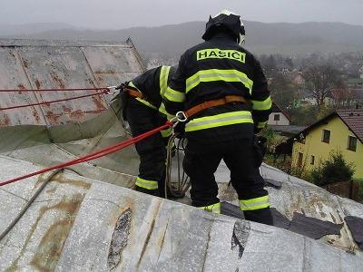 Krajští hasiči budou likvidovat následky vichřice ještě několik dní