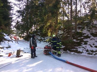 Při zásahu ve Bzí museli hasiči využít nouzovou nádrž v lomu u Těpeř
