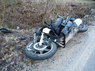 Na silnici mezi Bělou a Libštátem zemřel mladý motorkář