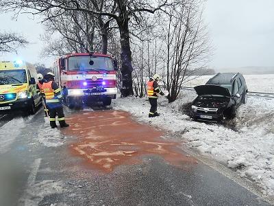Sníh ochromil dopravu, k větší nehodě došlo v Dolní Řasnici