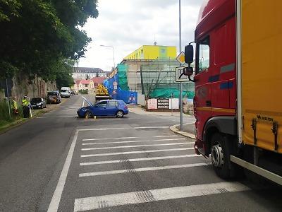 Ve Skřivánčí ulici v Jablonci se srazil kamion s osobním autem